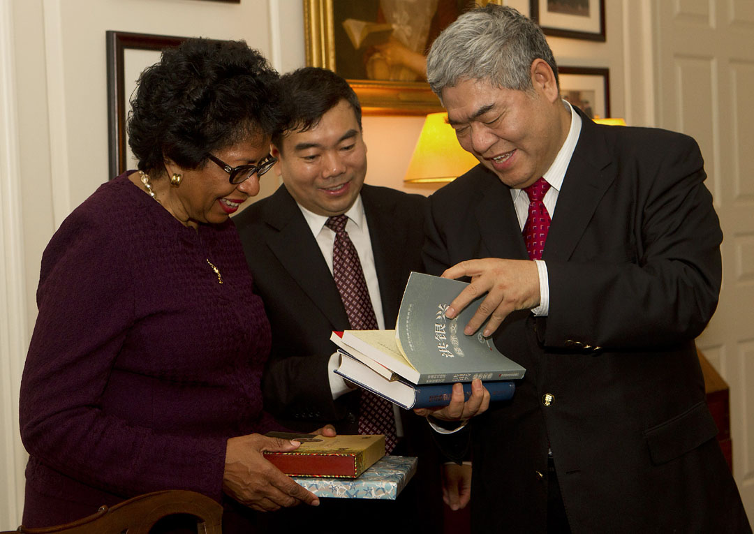 Chancellor Yingxing Hong presents President Simmons with a few of his books